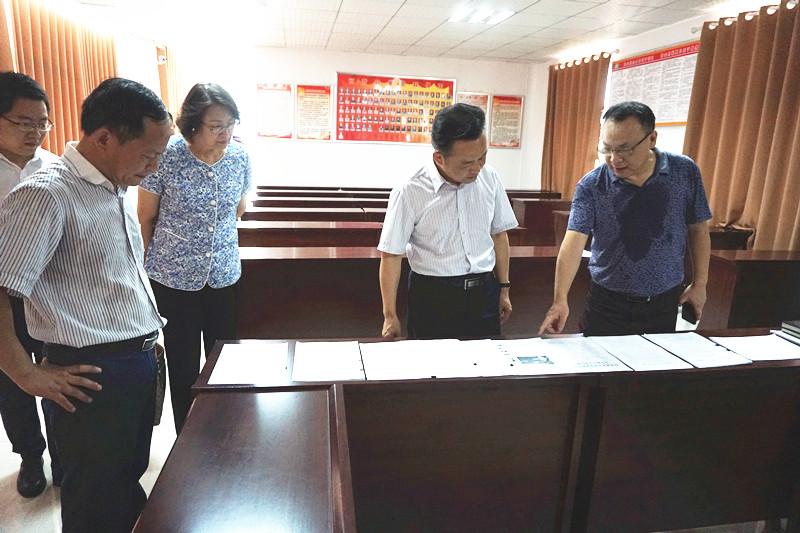省委党史研究室主任何光耀赴鄂州调研驻村和精准扶贫工作